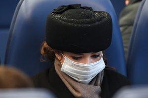 Bilim adamı koronavirüsle mücadelede maske takmanın faydalarını ortaya koyuyor