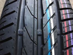 Araba lastiklerine neden renkli şeritler ve çok renkli noktalar uygulanır?